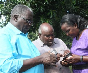 Farmers and Extension Agents learning how to use the Landinfo app